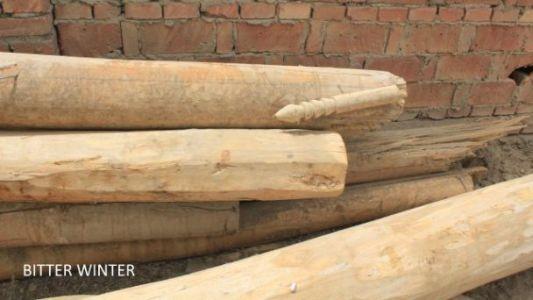 图五:地面上还留有被拆清真寺的一些圆柱