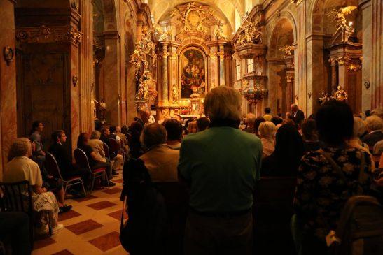 游行者们来在天主教圣安娜教堂为受迫害的基督徒祷告 (图:秦民、杨顺萍)