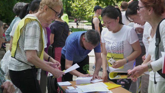 跑步结束后,参跑者们纷纷在终点线处签署请愿书(图:苏亚)