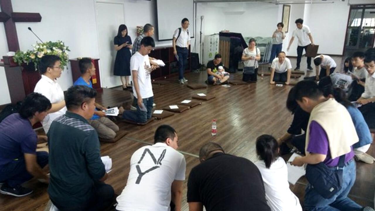 秋雨圣约教会信徒为被抓的教友祷告。(志愿者提供/记者乔龙)