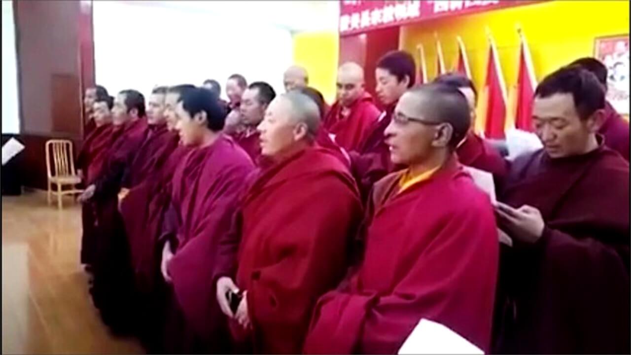 藏区僧人被迫在台上唱红歌(视频截图/受访人早前提供)