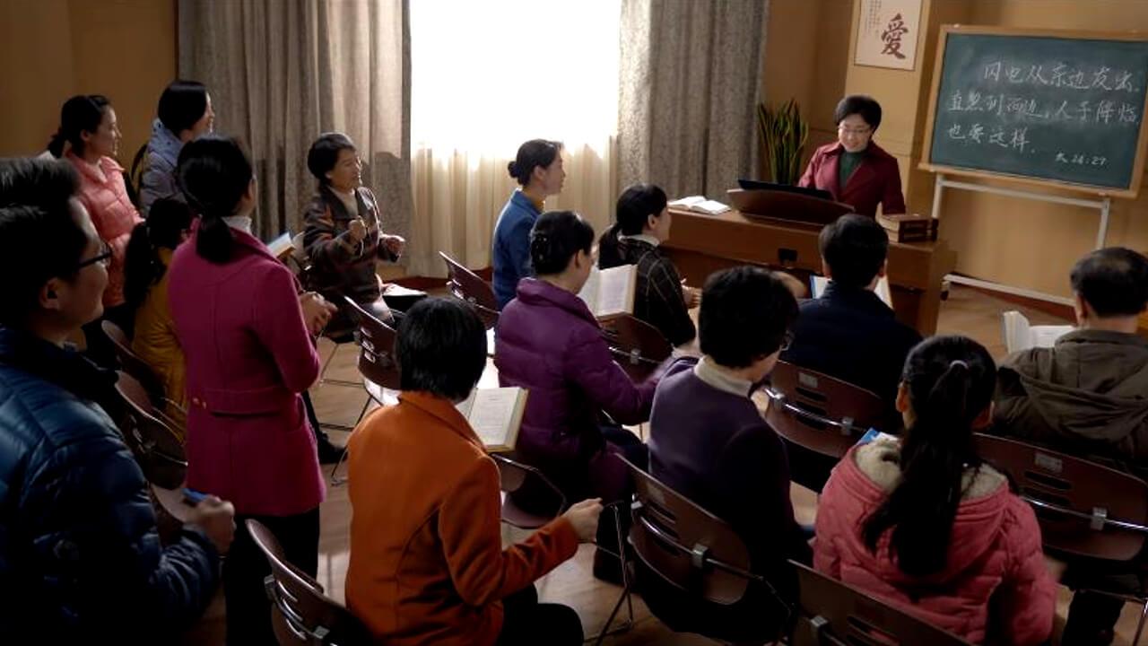 众信徒在教堂里唱歌