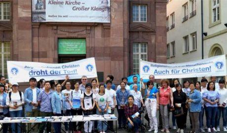 记者秦民、杨顺萍报道:2018年7月12日,国际人权协会卡鲁工作组在德国卡尔斯鲁厄市中心小教堂( Kleine Kirche)前,为在德国庇护申请被拒面临被遣返的中国、伊朗、伊拉克等国家的基督徒举办了一场签名请愿活动,呼吁德国政府不要将因受迫害而逃亡到德国的基督徒遣返回国。 国际人权协会卡尔斯鲁厄工作小组负责人沃尔夫冈·林克博士(Dr. Wolfgang Link),国际人权协会宗教自由组前高级顾问、现国际人权协会卡尔斯鲁厄工作小组发言人阿戈勒斯·斯特劳布(Agnes Straub)女士等人参与签名请愿活动,并为受迫害基督徒呼吁发声。