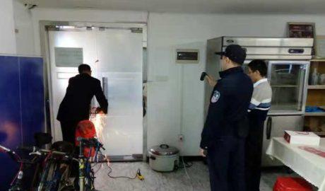 广州圣经归正教会黄小宁牧师锯开被警察锁上的大门