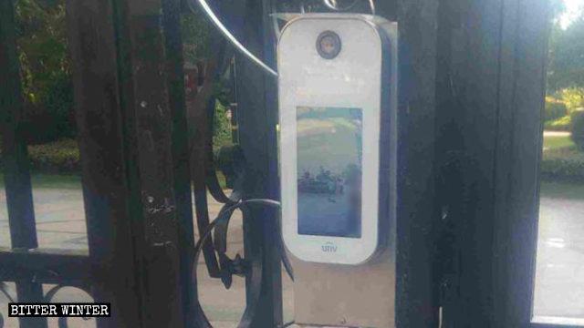 安装在居民小区大门上的人脸识别设备