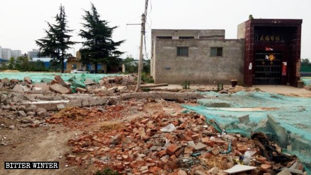 村民家前的水泥路被毁