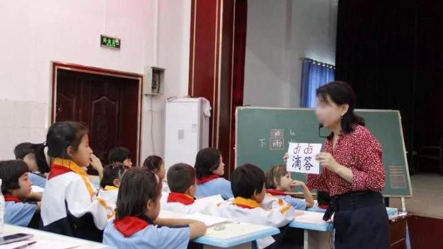 新疆某小学一名老师正在教汉语