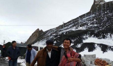 南疆阿克苏温宿县神木园下行74公里处一山凸口,设置了拉铁丝网墙,以防维族人越境。(孔元峰提供/记者乔龙)