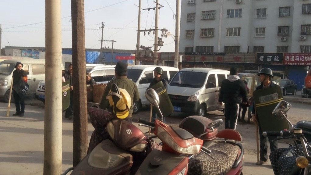 阿克苏南城社区,商户接到指示,进行反恐演习。