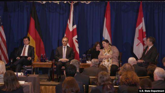 国务院国际宗教自由大使塞缪尔·布朗巴克(Sam Brownback)主持三位维吾尔人的见证