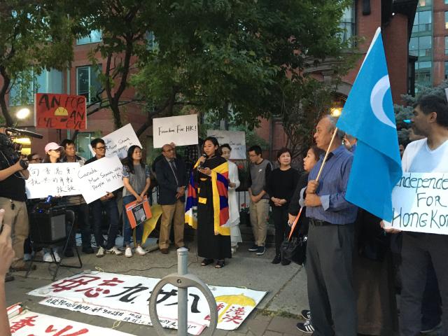 多伦多大学士嘉宝校区学生会主席切米拉姆在现场发言