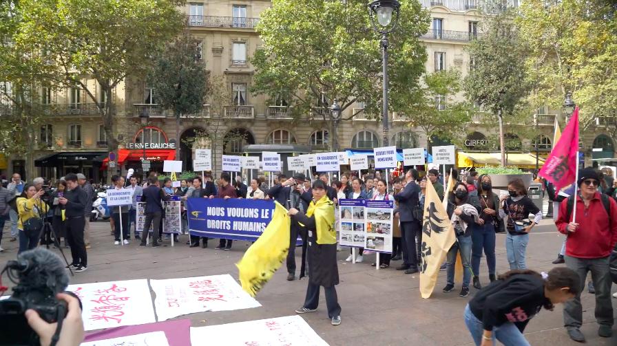 """巴黎圣米歇尔广场""""共抗极权""""示威活动现场"""