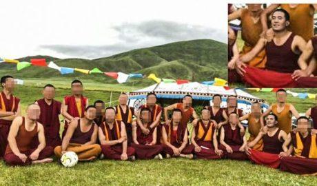 被拘捕的甘孜州石渠县蒙宜寺僧人索南云丹(前排右二)与同寺僧人合影