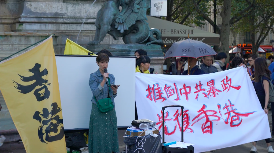 国际特赦的朱莉娅·科纳尔巴女士在活动现场发言