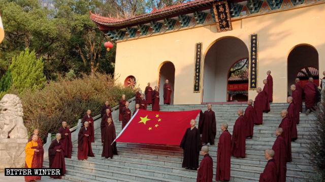 佛门被迫庆国庆:法师热唱《我的中国心》 女信徒跳红歌舞