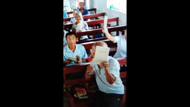 三自信徒被迫学马克思主义读本 教堂标志全拆换爱国标语