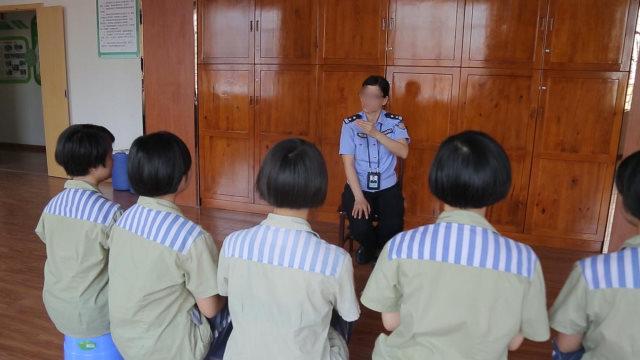 一名女狱警对女服刑人员进行洗脑教育