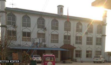 中沙海阿拉伯语学校的牌匾和月牙标志被拆后