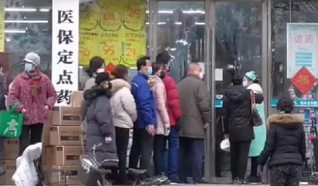 2020年冠状病毒爆发期间,中国武汉市民在药店外排队