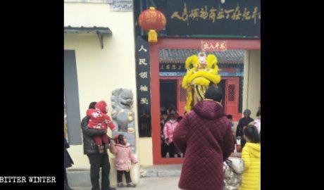 民众进毛泽东纪念馆祭拜