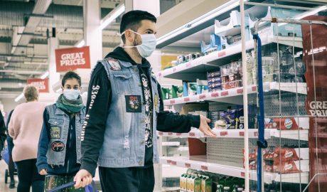 超市里戴口罩的人们