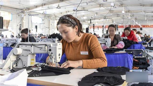 新疆再教育营的维族人被遣送到中国各地的世界著名品牌工厂工作