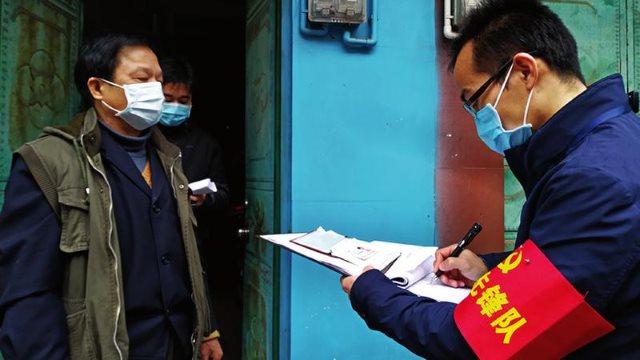 武汉肺炎疫情期间广西南宁市武鸣区网格员正入户登记住户信息