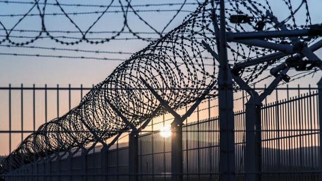 监狱和铁丝网