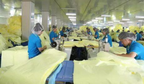 维吾尔族人正在湖北一工厂车间工作