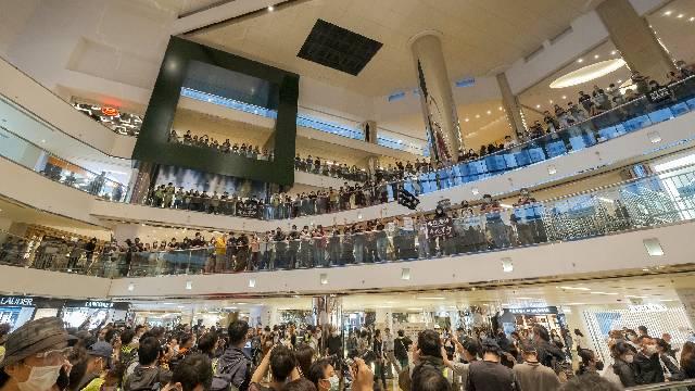 """香港太古城市民""""和你唱""""抗议 防暴警察到场驱散"""