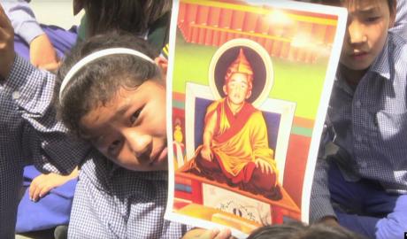 资料照片--印度达兰萨拉流亡藏人社区的孩子们为十一世班禅根敦确吉尼玛庆祝生日。
