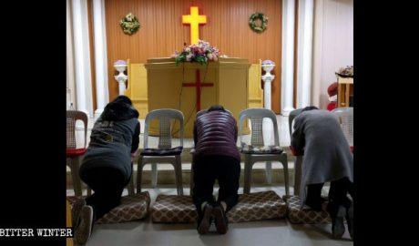 名郡聚会点内信徒在祈祷