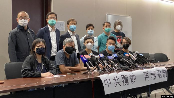 """香港民主派批""""港版国安法""""是把一国两制""""放进垃圾桶"""""""
