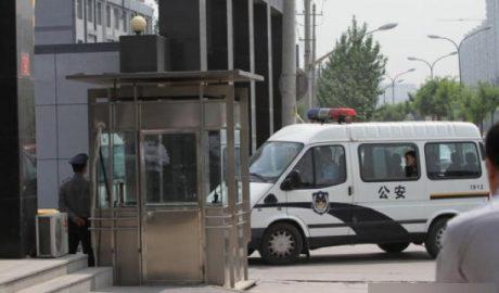 警察在押送被捕的人