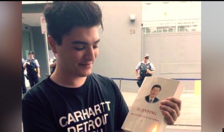 2020年2月,澳大利亚昆士兰大学学生德鲁·帕夫洛在位于悉尼的中国大使馆前点燃了一本《习近平治国理念》。