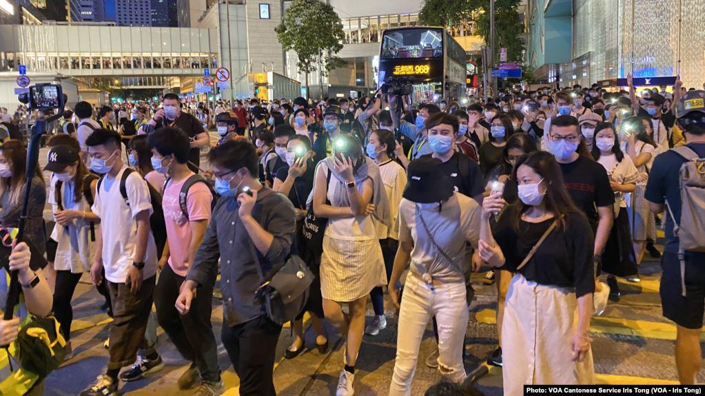 """香港反送中运动6-9百万人大游行一周年,数以万计市民响应网上号召,在中环参与""""流水式""""游行"""