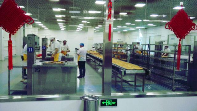 文化产业园内维吾尔人正在制作饢饼