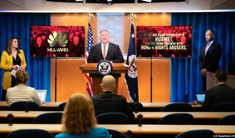 美国国务卿蓬佩奥在华盛顿国务院总部举行的记者会上讲话。(2020年7月15日)