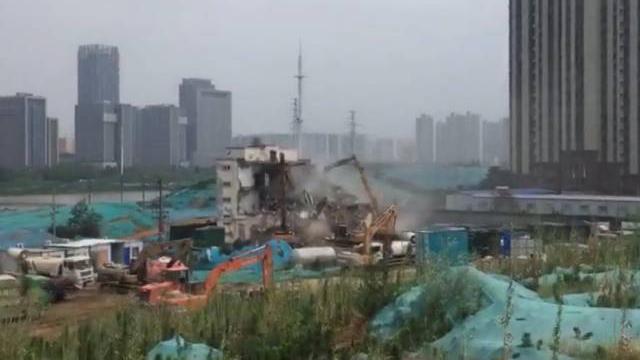 浙江重启拆十字架行动 温州两教堂十字架遭百人强拆