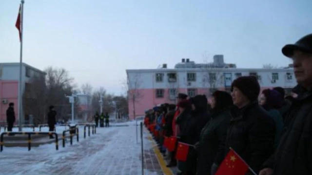 新疆一社区组织民众参加升国旗仪式