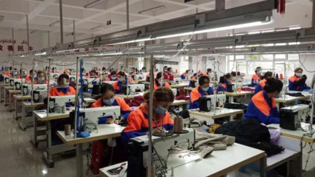 新疆新源县维吾尔妇女正在工厂里工作
