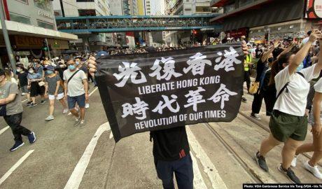 7月1日港版国安法实施第一日,数以万计香港人聚集在铜锣湾上街游行,有人高举被当局批评有港独含意的反送中运动旗帜