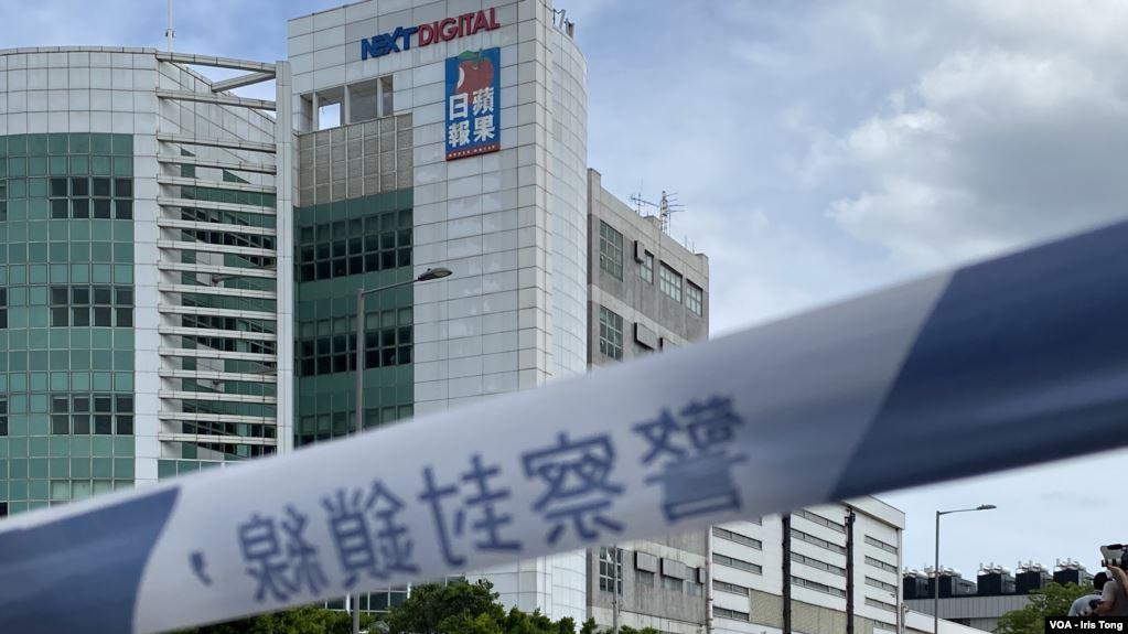 香港警方8月10日以涉嫌违反港版国安法,干犯勾结外国危害中国国家安全等罪名,拘捕壹传媒创办人黎智英以及前香港众志常委周庭等共10人,约200名警员封锁壹传媒大楼大规模搜查