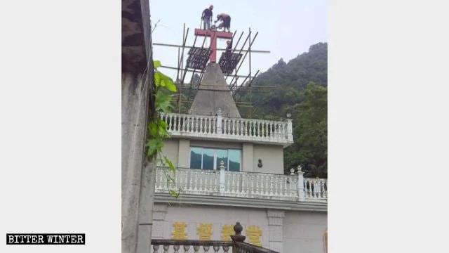 永福村一家庭教会教堂十字架被强行拆除