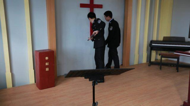 中共警察正在拆十字架