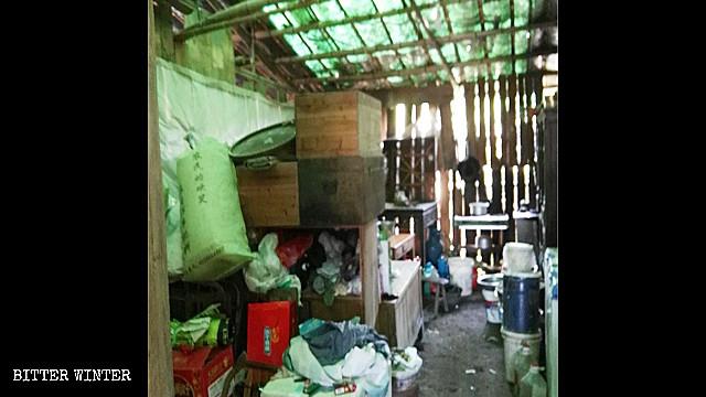 用竹子和木板搭建的棚子内堆放着生活所需的物品