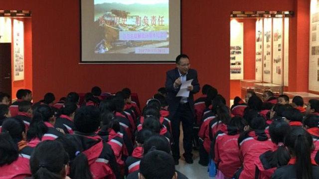 浐灞第一中学西藏学生在上爱国主义课