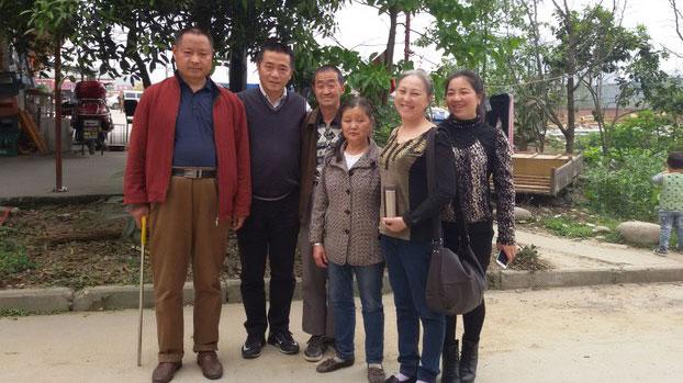 陈天茂(左一)、黄琦、杨秀琼(右二)摄于2016年4月4日。