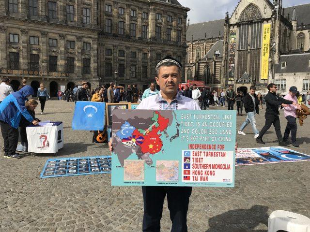 阿不都日衣木在阿姆斯特丹的水坝广场示威