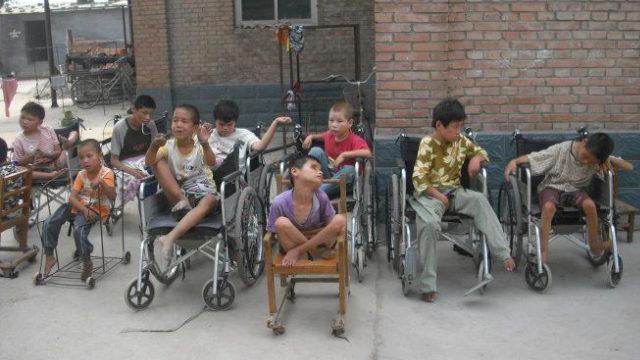 贾治国主教开办的孤儿院里的孩童